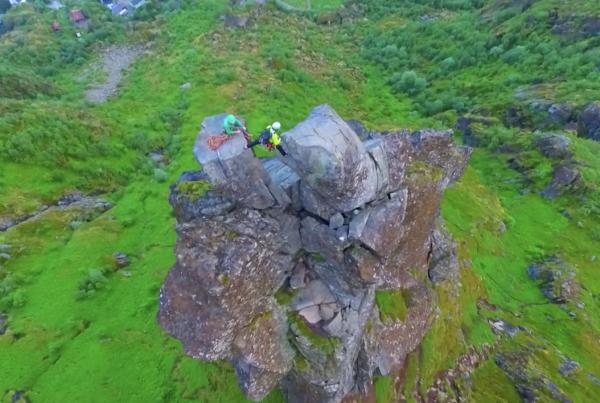 17-årig sender drone op på norsk bjerg – Hvad han foreviger er helt utroligt