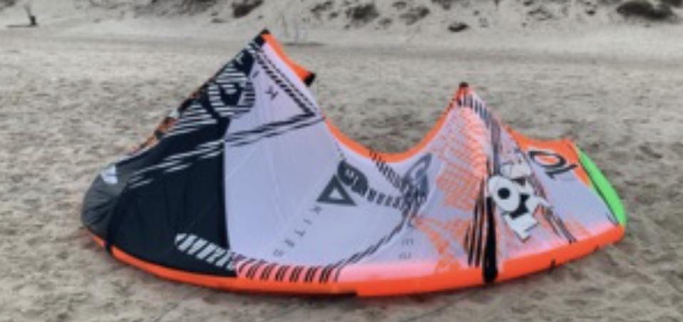 Denne kite er kl. 09 fundet i vandkanten ved Søndervig. Vi efterlyser vidner, som har set den på vandet, nogen som kender ejeren, eller har andre oplysninger som kan være relevante. Lige nu afsøges området med redningsbåd og biler