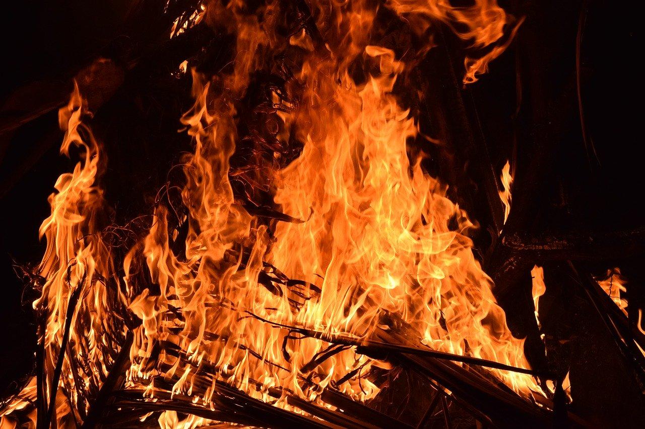 Voldsom brand i landejendom