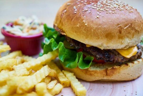 Fødevarestyrelsen: Kendt burgerbar får ''sur smiley'' - fandt hår, insekter og gammelt snavs