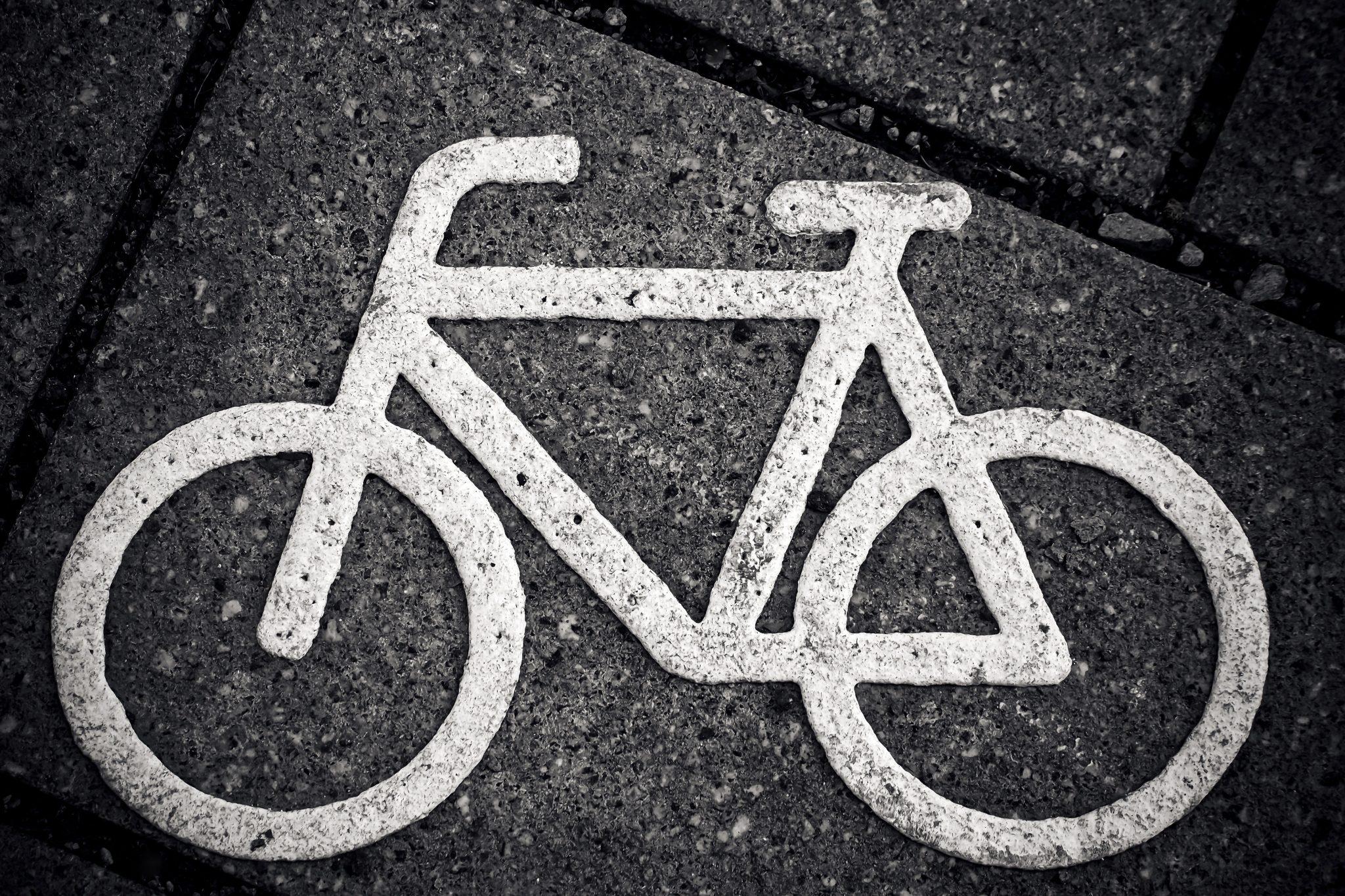 23-årig kvindelig cyklist ramt af personbil