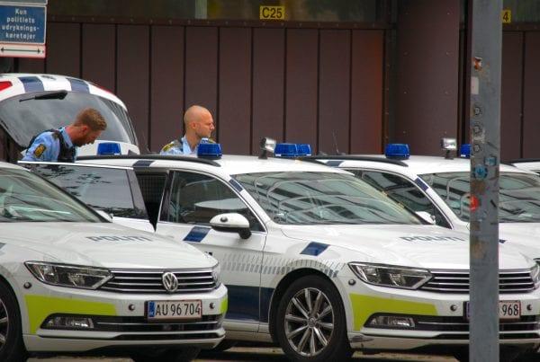 Mand set med våben i boligområde - nu er han anholdt