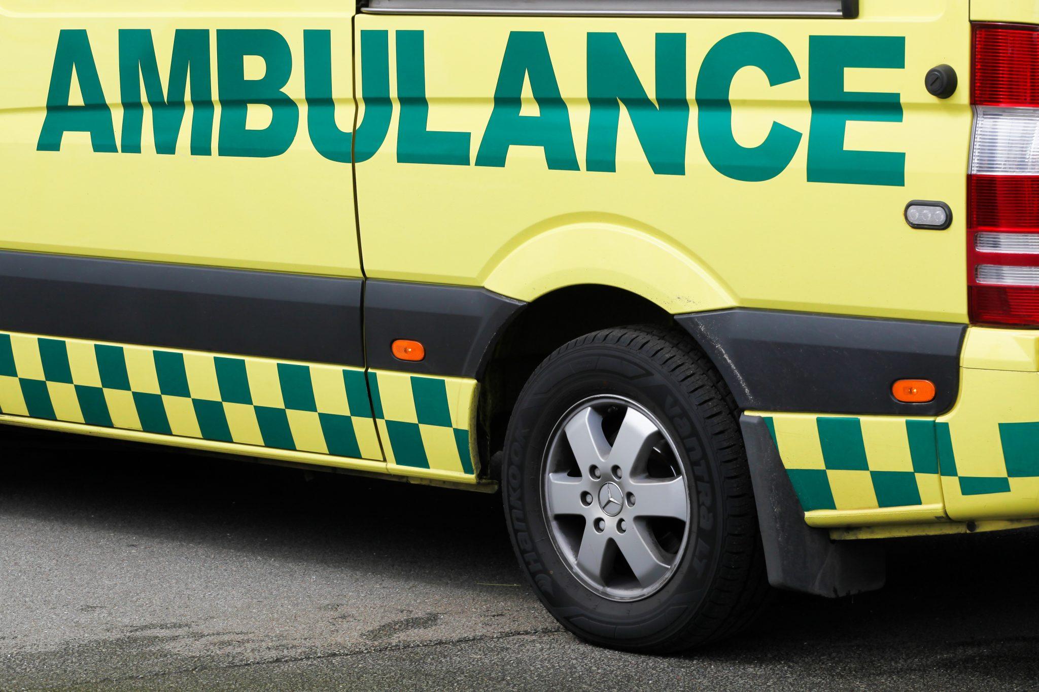 46-årig kvinde påkørte træ - mistænkes nu for indre blødninger