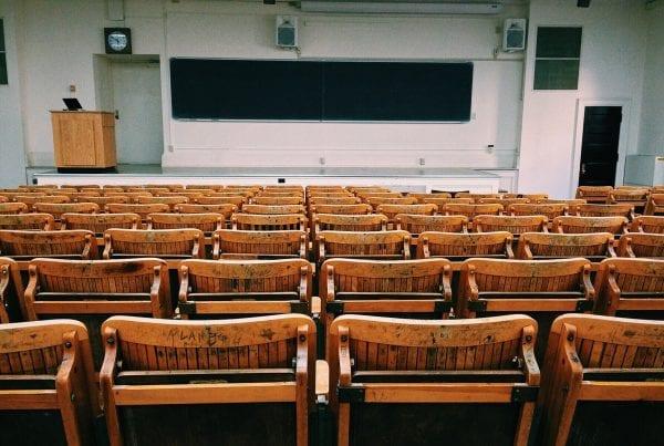 gymnasieelev smittet med covid-19 - sender 50 elever og 4 lærere hjem