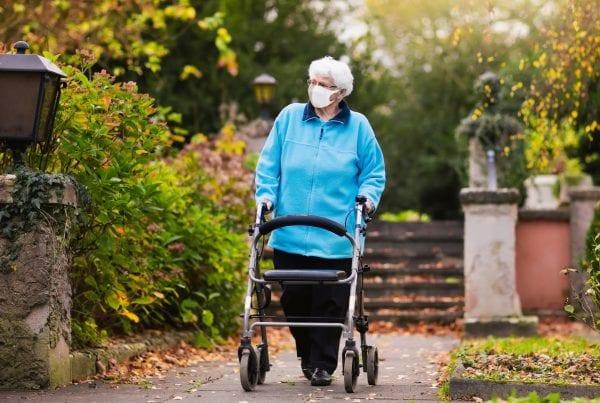 97-årig corona-smittet kvinde bevogtes af politi døgnet rundt