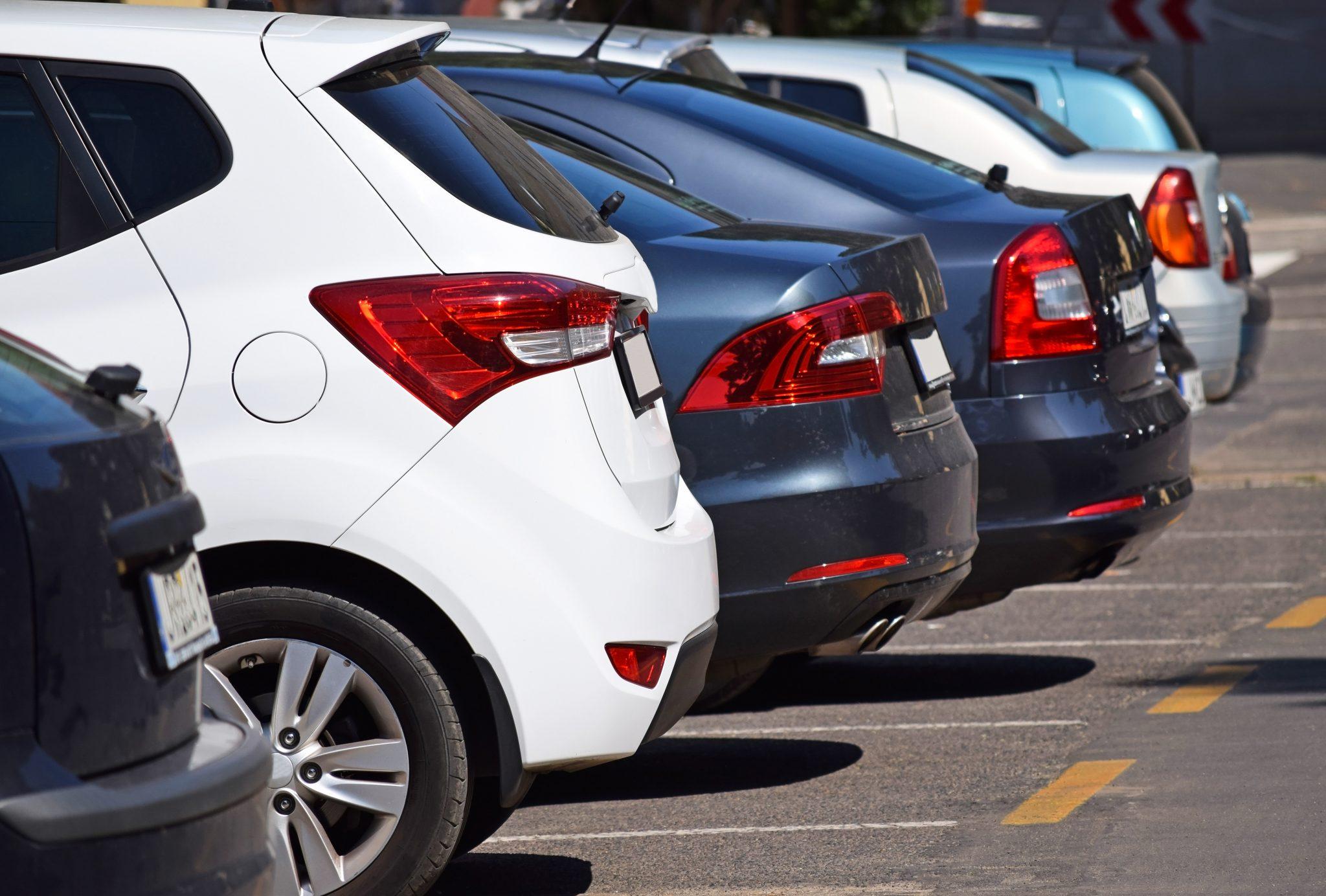 Vanvittigt: 23 biler udsat for indbrud på samme parkeringsplads - samme døgn