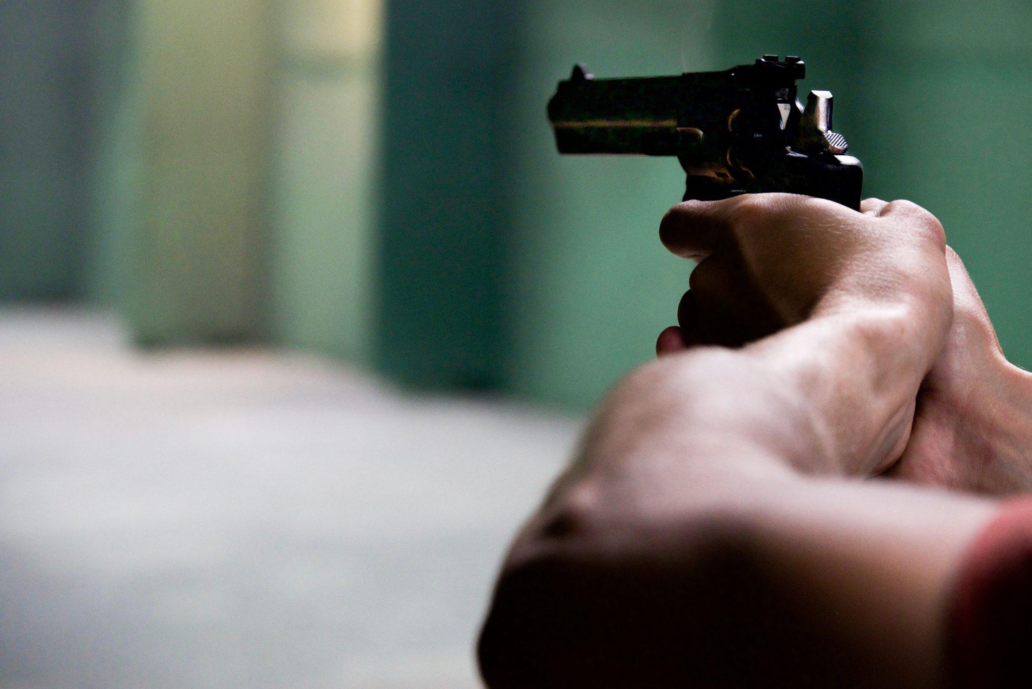 Politi trak pistol mod 12-årig dreng på gaden