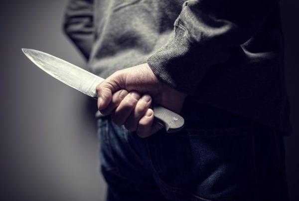17-årig pige sigtet: Kastede knive efter mandlig ansat på bosted