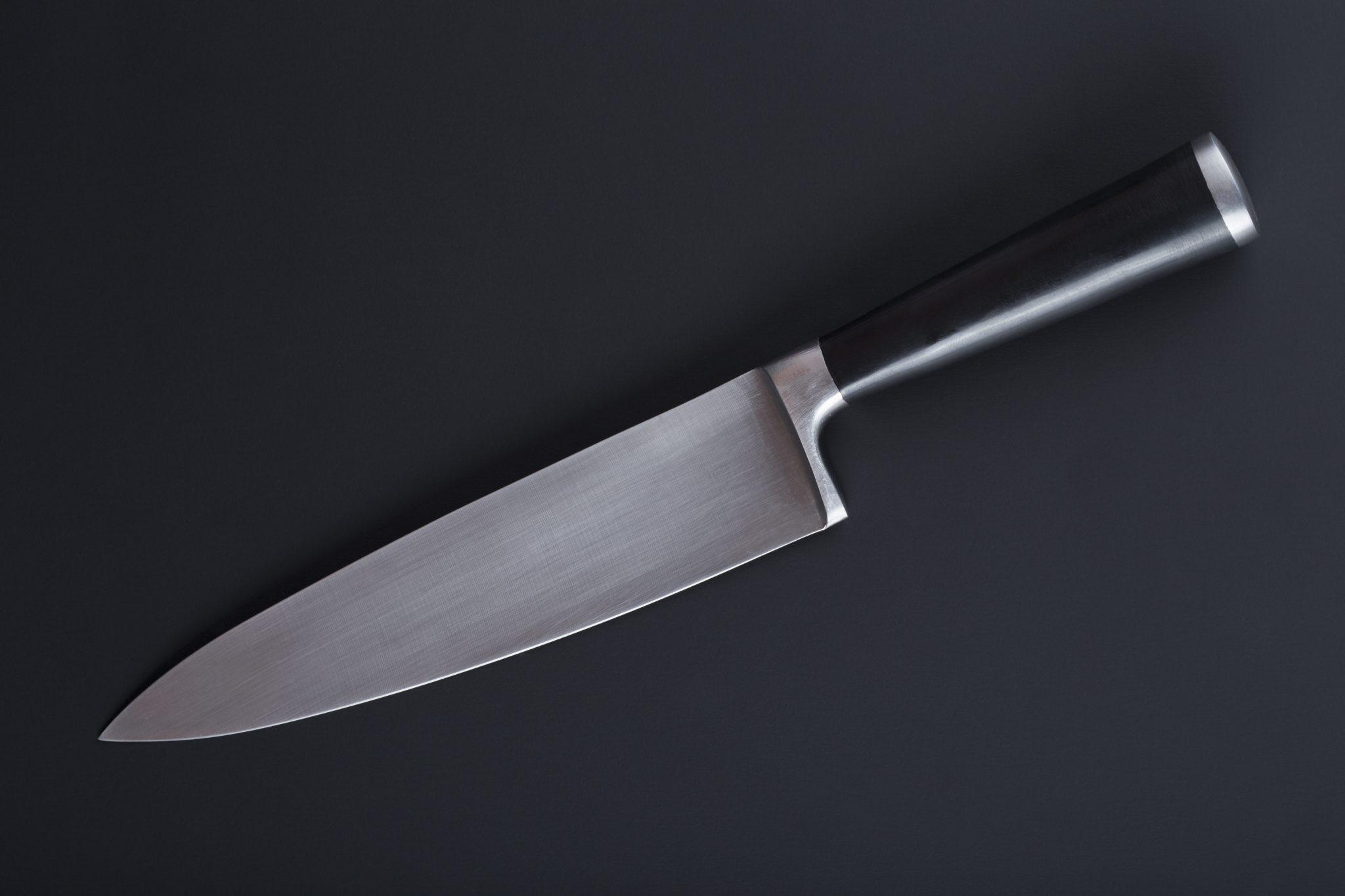 Politiet efterlyser bilist der blev truet med stor kokkekniv