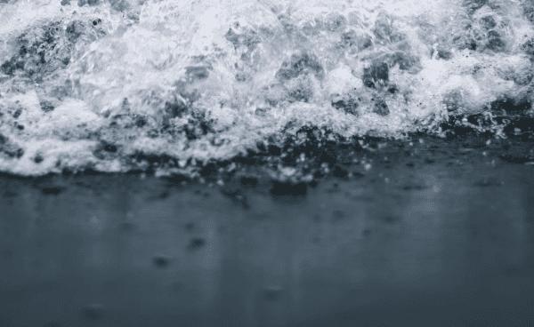 Søger vidner: Toilet ved populær strand udsat for voldsomt hærværk