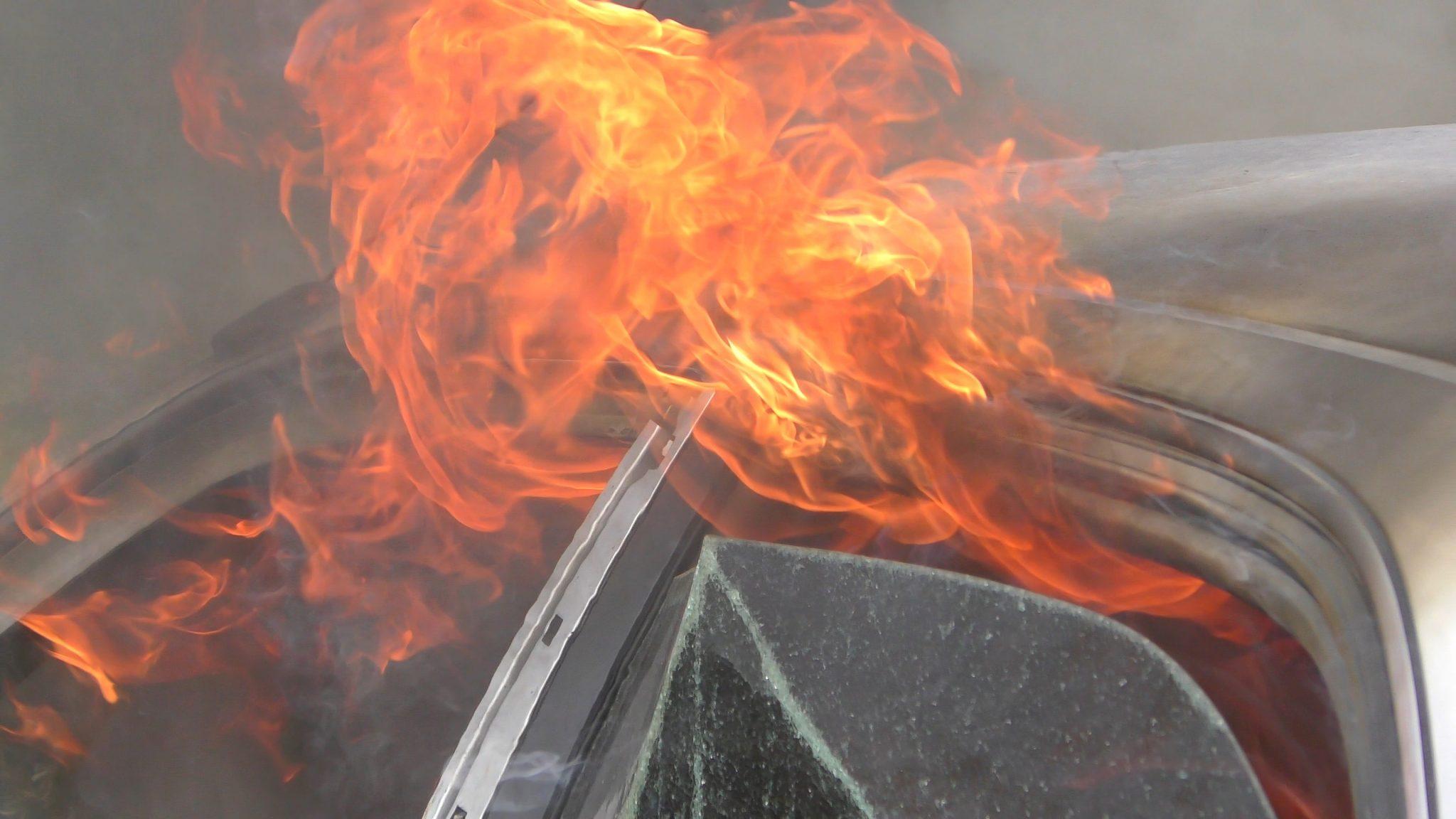 Dobbelt op på uheld - bilist endte i grøften og bil gik i brand