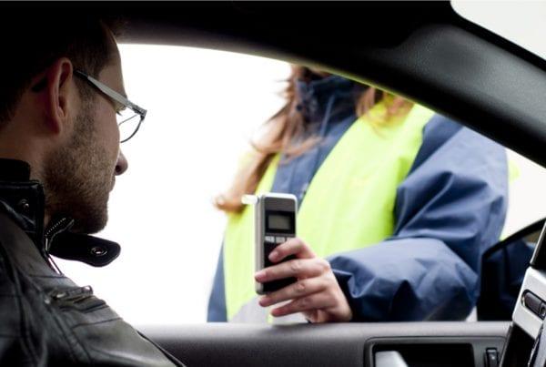 45-årig bilist anholdt og sigtet for flere overtrædelser